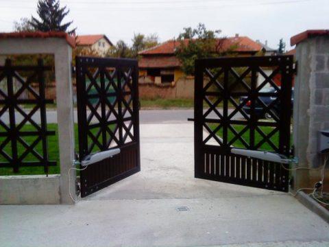 Двукрил портал в Елин Пелин